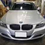 カーフィルム、BMW 320iセダン リア全面&フロントサイド2面 遮熱フィルム施工で入庫。