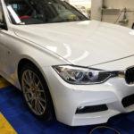 カーフィルム、BMW320i フロント3面(88%ピュア)透明遮熱フィルム施工で入庫。