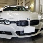 カーフィルム、BMW 320d リア全面+フロントサイド2面 遮熱フィルム施工で入庫。