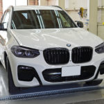 BMW X3、ヘッドライト&テールランプをカラープロテクションフィルムでスモーク化!